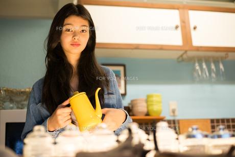 カフェで働いている女性 FYI01078583