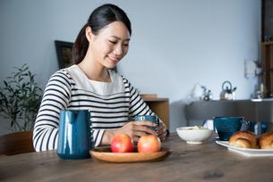 朝食風景と女性 FYI01078595