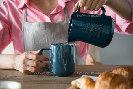 コーヒーを注いでいる女性の手元 FYI01078600