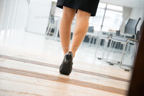 オフィスを歩いている女性の足 FYI01078604