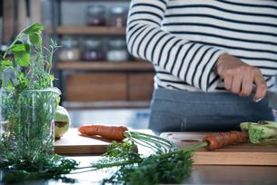 キッチンで野菜を切っている女性の手元 FYI01078607