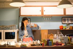 カフェで働いている女性 FYI01078614