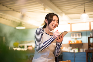 カフェで働いている女性 FYI01078616