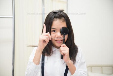 目の検査をしている小学生の女の子 FYI01078619