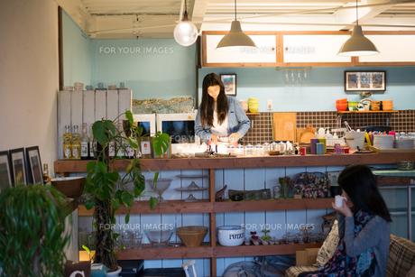 カフェで働いている女性 FYI01078628