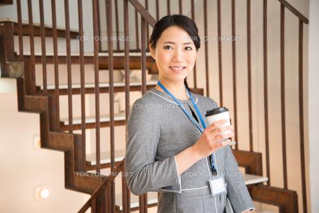 コーヒーを持っている女性 FYI01078640