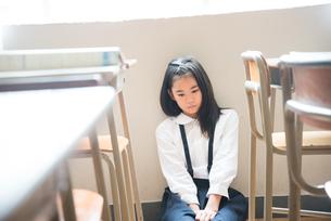 教室の床に座っている小学生の女の子 FYI01078648