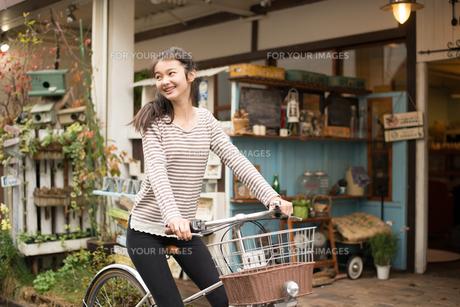 自転車に乗っている女性 FYI01078650