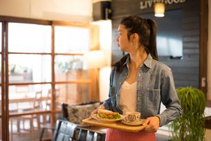 カフェで働いている女性 FYI01078652