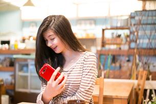 カフェで自撮りをしている女性の素材 [FYI01078656]