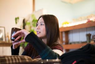 カフェでカップを持っている女性 FYI01078661