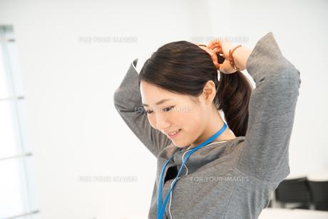 髪を結んでいる女性 FYI01078664