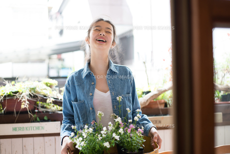 お店で働いている女性 FYI01078665