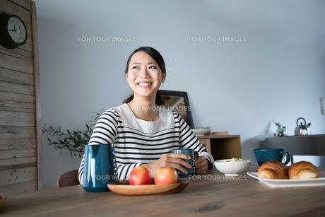 朝食風景と笑っている女性 FYI01078668