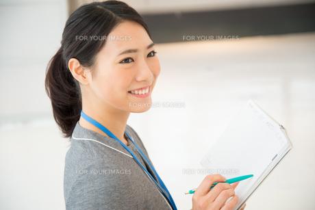 スケジュール帳を持っている女性 FYI01078672