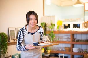 カフェで働いている女性 FYI01078673