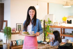 カフェで働いている女性 FYI01078684
