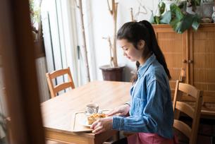 お茶をしている女性 FYI01078703