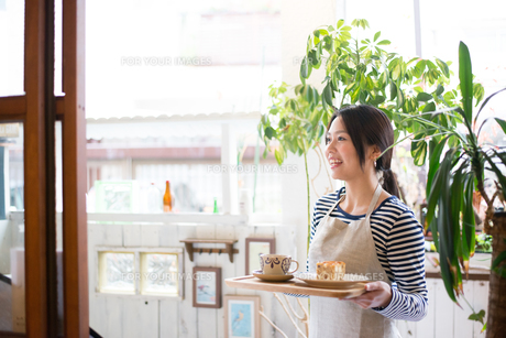 カフェで働いている女性 FYI01078705