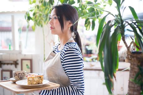 カフェで働いている女性 FYI01078727