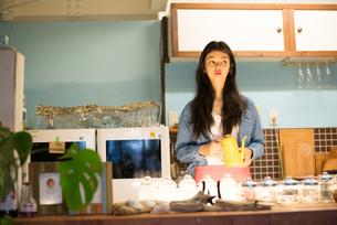 カフェで働いている女性 FYI01078734