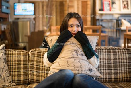カフェでリラックスをしている女性 FYI01078741