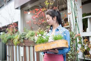 お花を持っている女性 FYI01078749