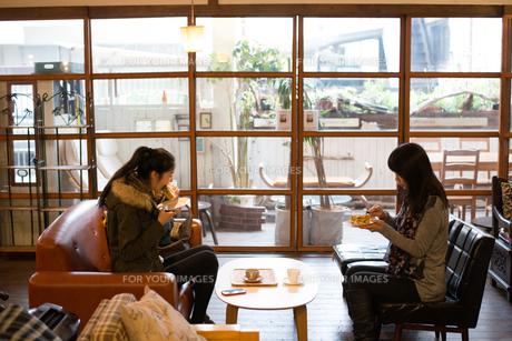 カフェでご飯を食べている親子 FYI01078753