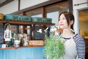 お花の鉢を持っている女性 FYI01078804