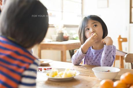 フルーツを食べている子供 FYI01078809