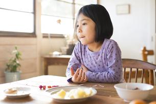 食卓にいる女の子 FYI01078814