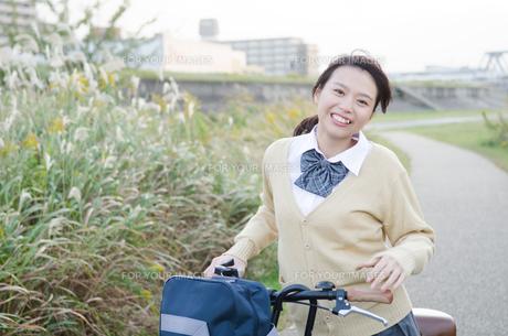自転車を引いている女子学生 FYI01078825