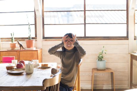 手でメガネを作っている女の子 FYI01078834