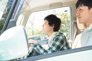 ドライブをする男女 FYI01078883
