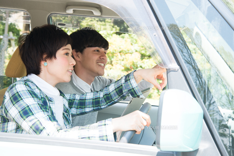 車の中で方向を確かめている男女 FYI01078905