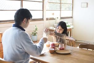 食卓にいる女の子とお父さん FYI01078951