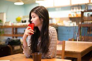 カフェで携帯電話を持っている女性 FYI01079023