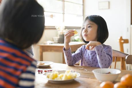 フルーツを食べている子供 FYI01079061