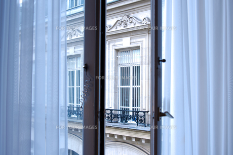 カーテンのかかった窓辺 FYI01079095