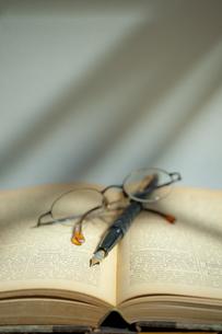 古い洋書と万年筆と眼鏡 FYI01079285