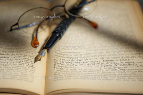 古い洋書と万年筆と眼鏡 FYI01079294