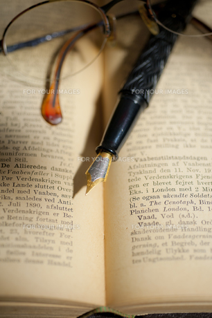古い洋書と万年筆と眼鏡 FYI01079319