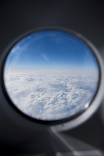 旅客機の窓から見る雲 FYI01079492