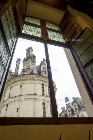 窓越しに見るシャンボール城の一角 FYI01080198
