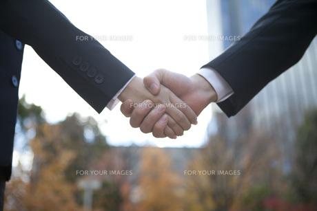 ビルの前で握手をする手 FYI01096614