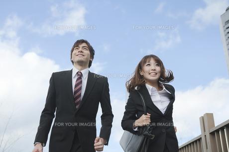 ビルの前を走るビジネスマンとビジネスウーマン FYI01096764