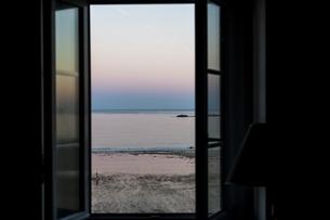 朝焼けの海が見える窓 FYI01106405