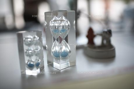 2つの青い砂の砂時計 FYI01114867