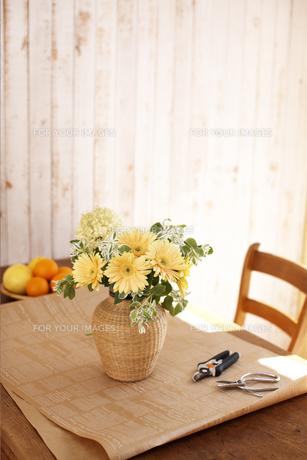 テーブルに飾った花 FYI01118979