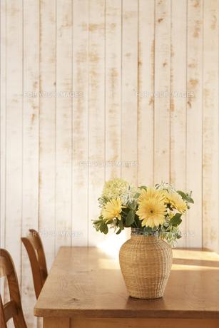 テーブルに飾った花 FYI01119025